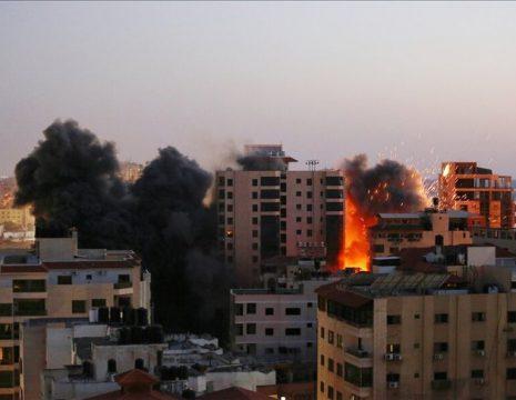 در جریان حمله هوایی جنگندههای اسرائیلی به غزه همزمان با گزارش زنده خبرنگار الجزیره از این ...
